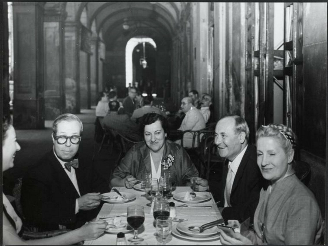1954. Обед в Барселоне с архитектором Дж.Л. Сертом, г-жой Миро, Жоаном Миро и мадам Серт