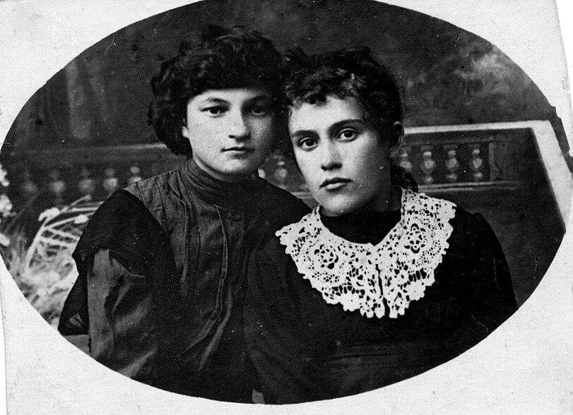 1919. Берта Лясс со школьной подругой. Украина, Шпола