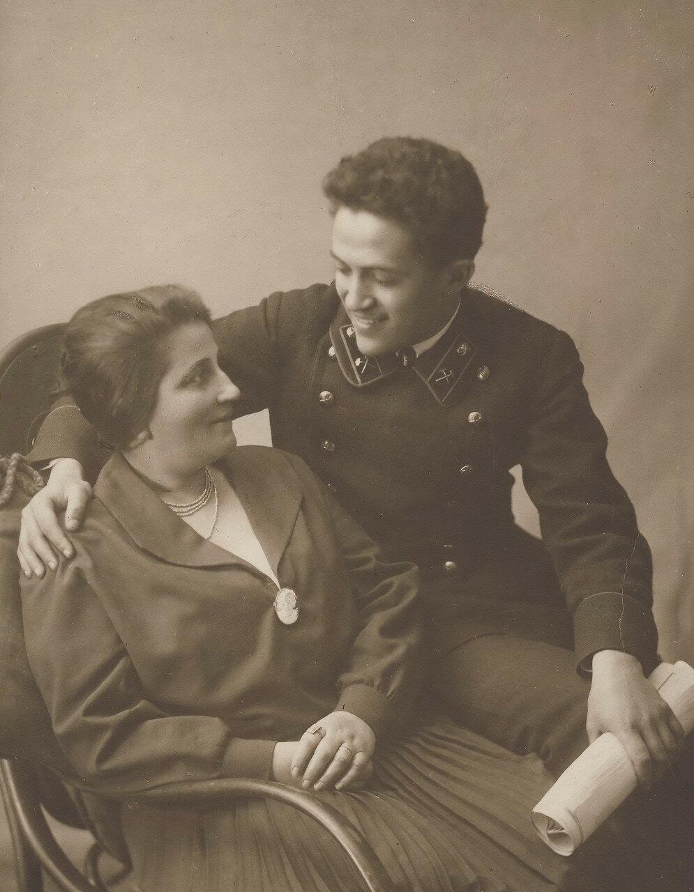 Любовь Ефремовна Лясс со старшим сыном Самуилом