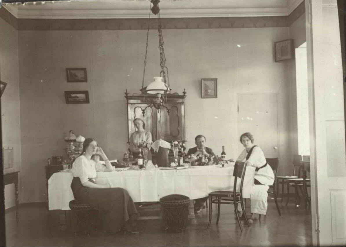 1906. В столовой. Пасха
