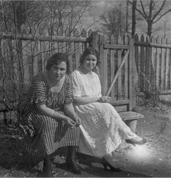 Две женщины (одна из них - А.Н Авдонина) на лавочке в палисаднике