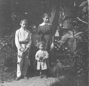 Дети в палисаднике