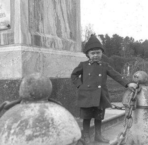 Кусково. У постамента обелиска в честь Екатерины II