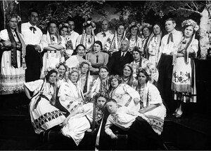 Пласт. Коллектив хора клуба «ИТР и стахановцев», после концерта, посвященного Тарасу Шевченко. 1930-е.