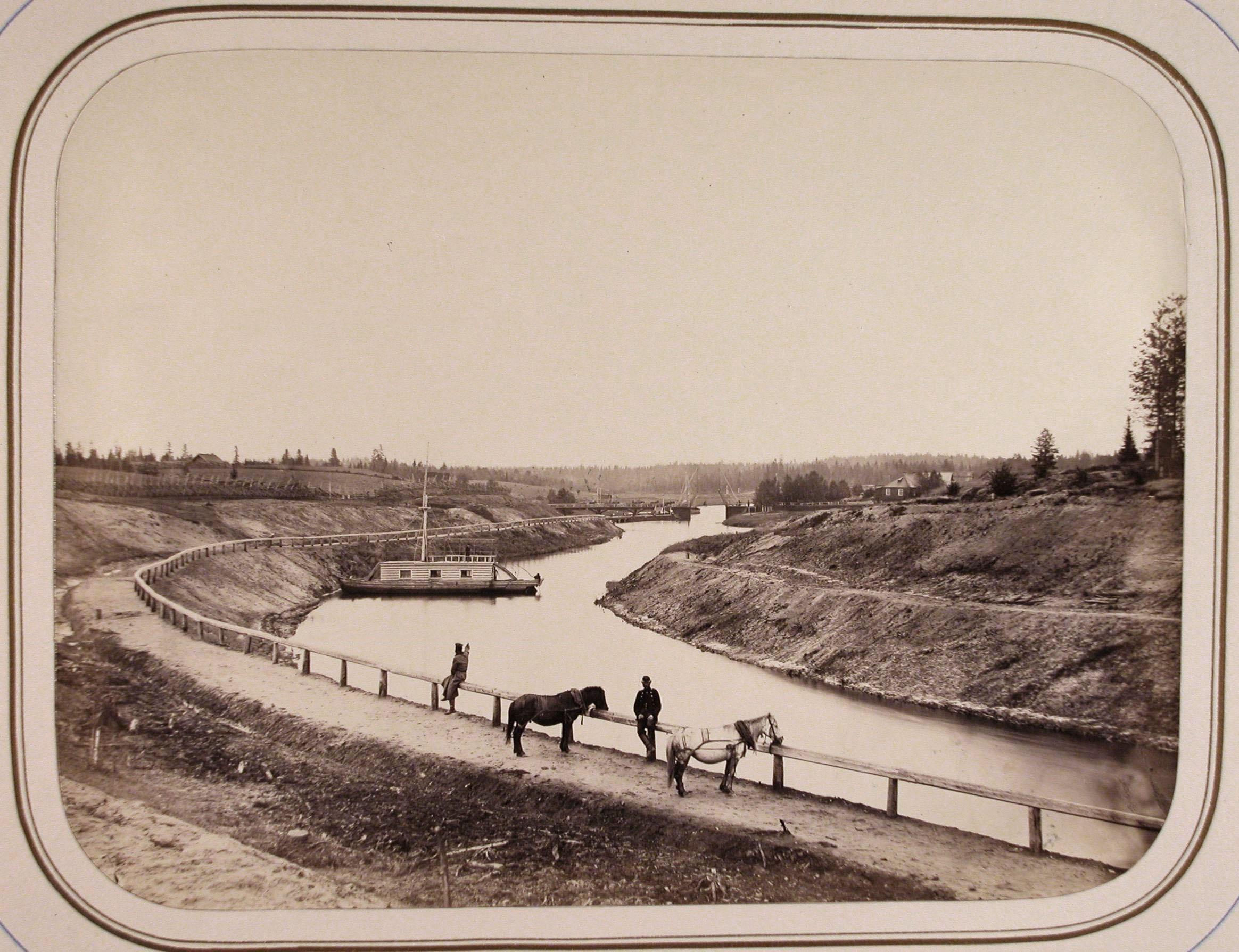 Местные жители с лошадьми на берегу реки Вытегры