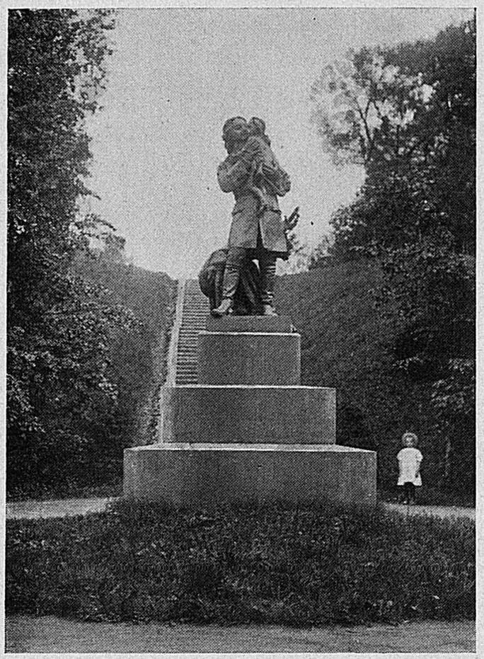 Памятник Императору Петру I с королём Людовиком XV на руках