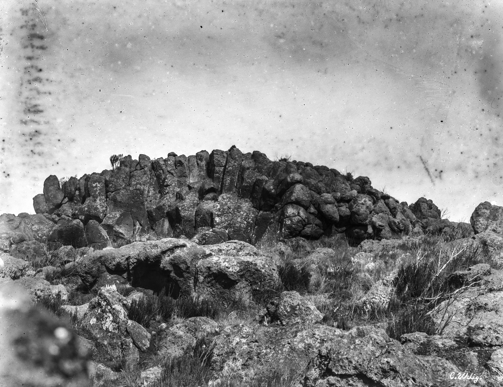181. Базальтовая лавовая скала на высоте 4200 метров на горе Килиманджаро