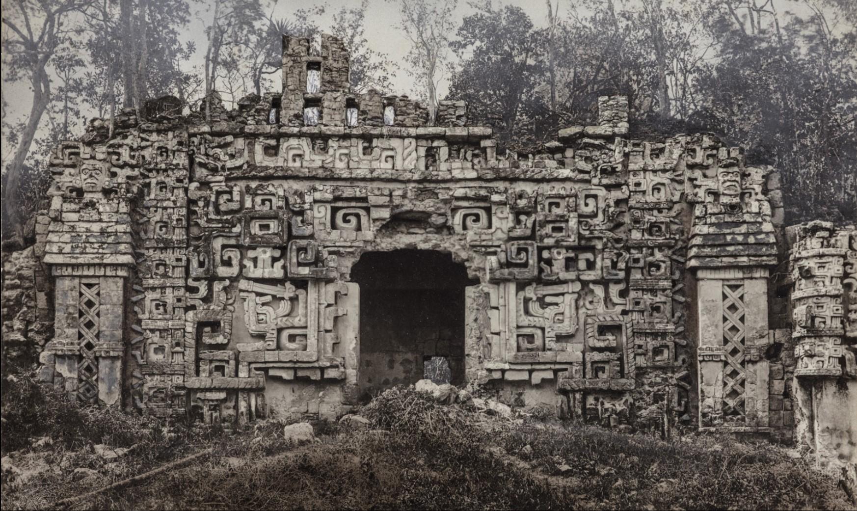 14. Здание II (главное здание) в руинах майя Хохоб