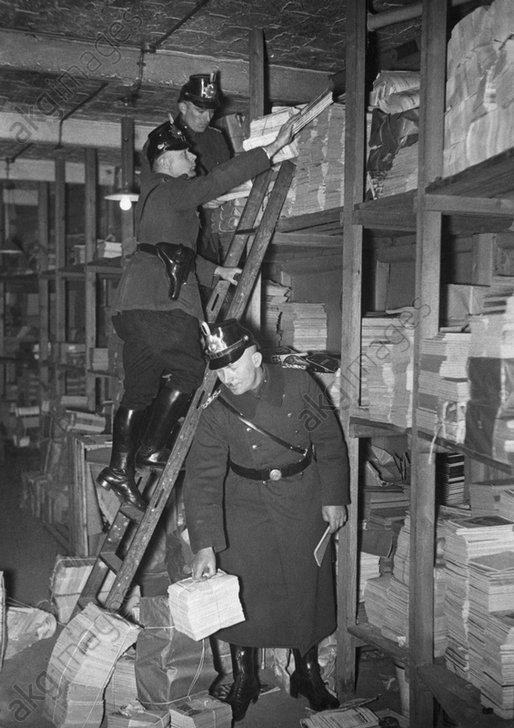 Razzia d. Polizei im Karl-Liebknecht-Hs. - -
