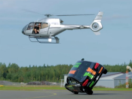 Финский автокаскадер поставил мировой рекорд по езде на двух колесах