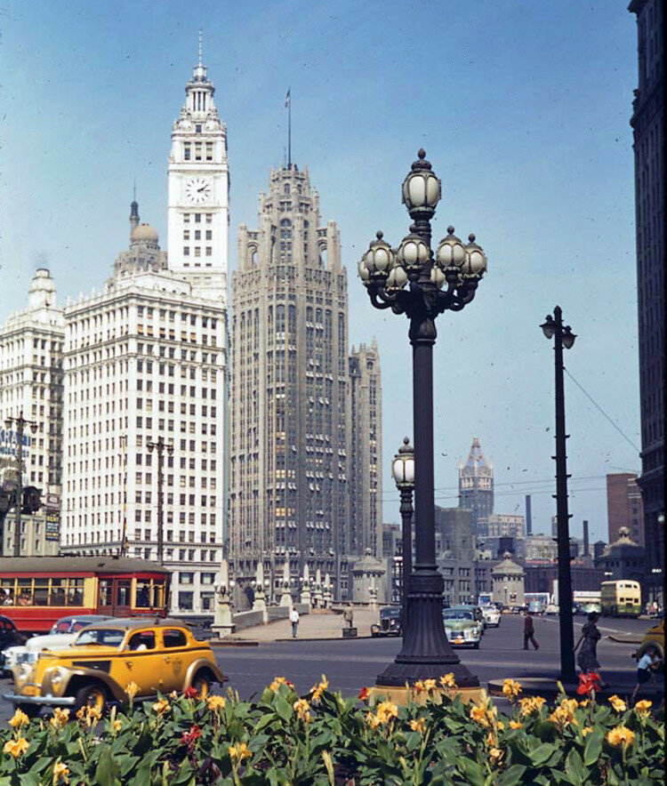 1941 Chikago Wrigley and Tribune towers.jpg