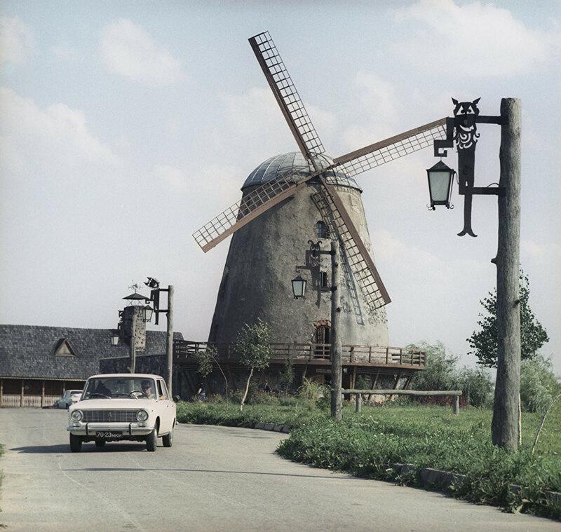 1970 Мельница-ресторан по дороге из Паневежиса в Шауляй на повороте в городок Шедува. Мельница построена в 1905 году. С 1967 года в ней на трех этажах расположился ресторан. Ю. Абрамочкин.jpg