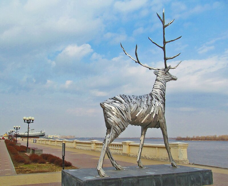 Олень на Нижне-Волжской набережной