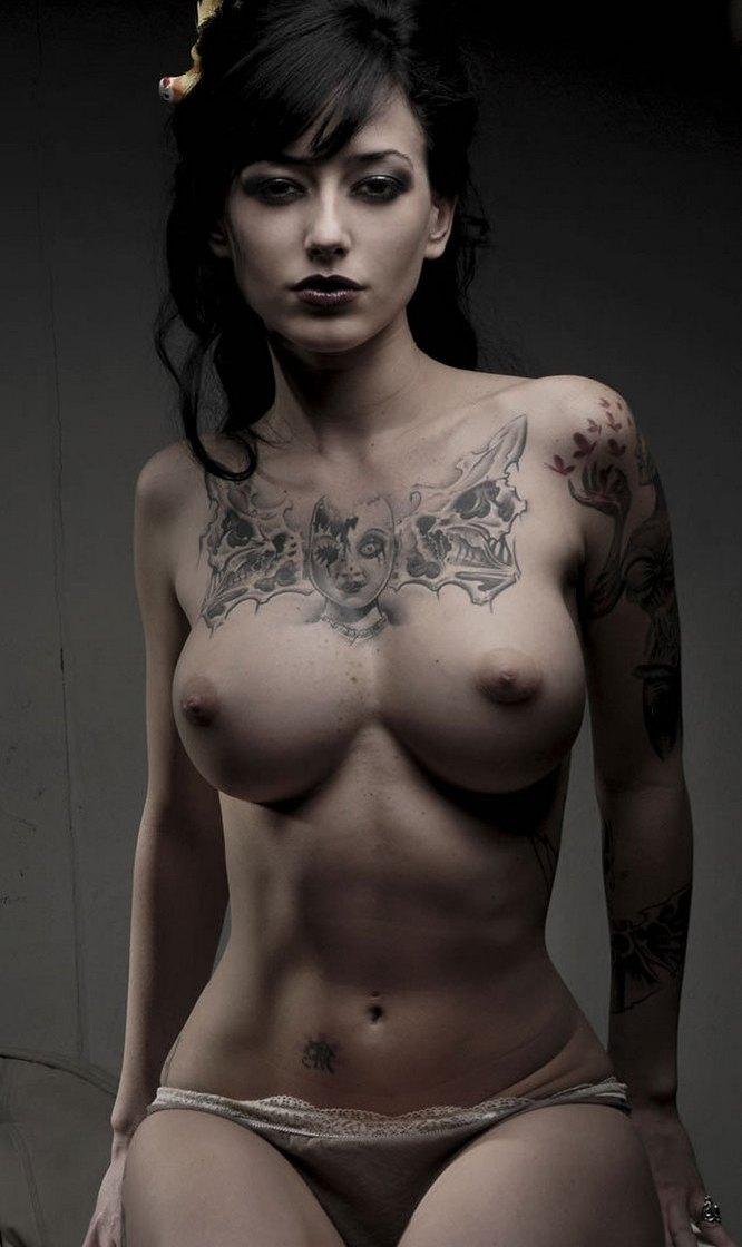 Откровенные снимки девушек с татуировками