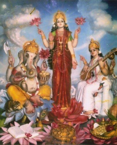 Лакшми-деви (в центре), Ганеша (слева), и Сарасвати-деви (справа)