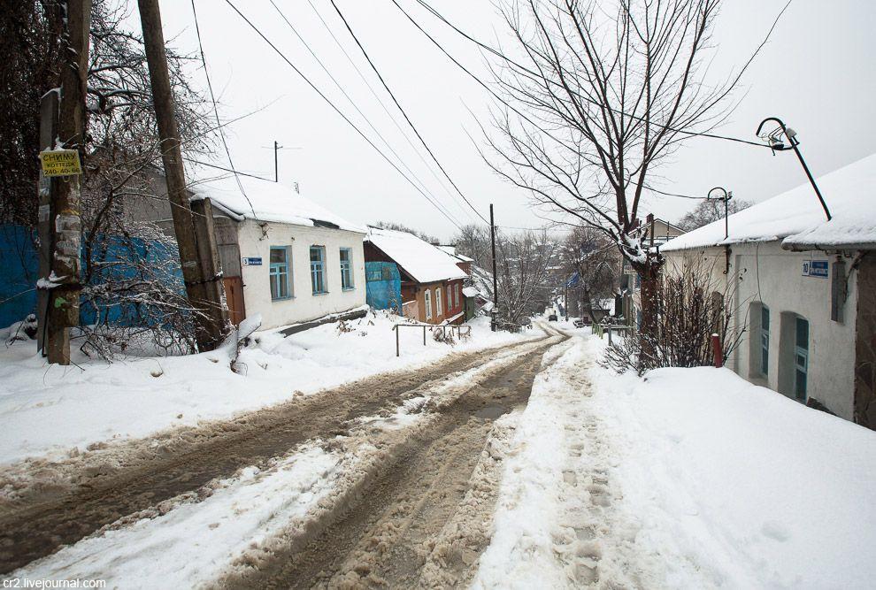 Снег, дворики, низкая застройка.