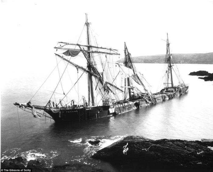 Французское судно «Seine» вылетело на побережье Корнуолла зимой 1900 года. Джона Гибсона и членов ег