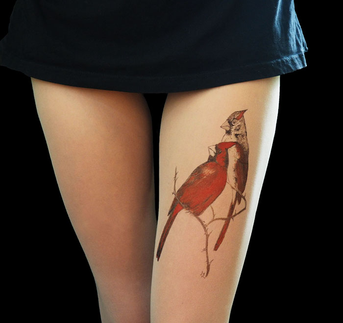 «Колготки-тату» создают иллюзию татуировок на ногах