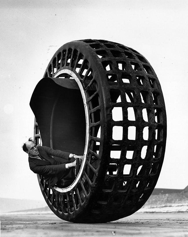 © dr  Парижане пытаются остаться сухими, взбираясь настулья.1924 год