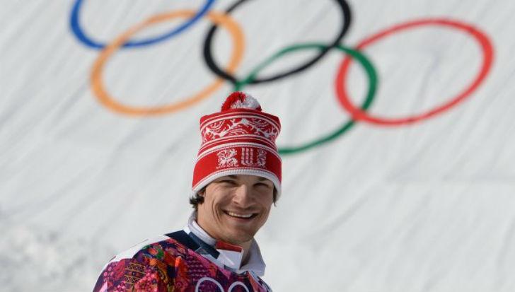 Сноубордист американского происхождения, женился на российской сноубордистке Алене Заварзиной, смени