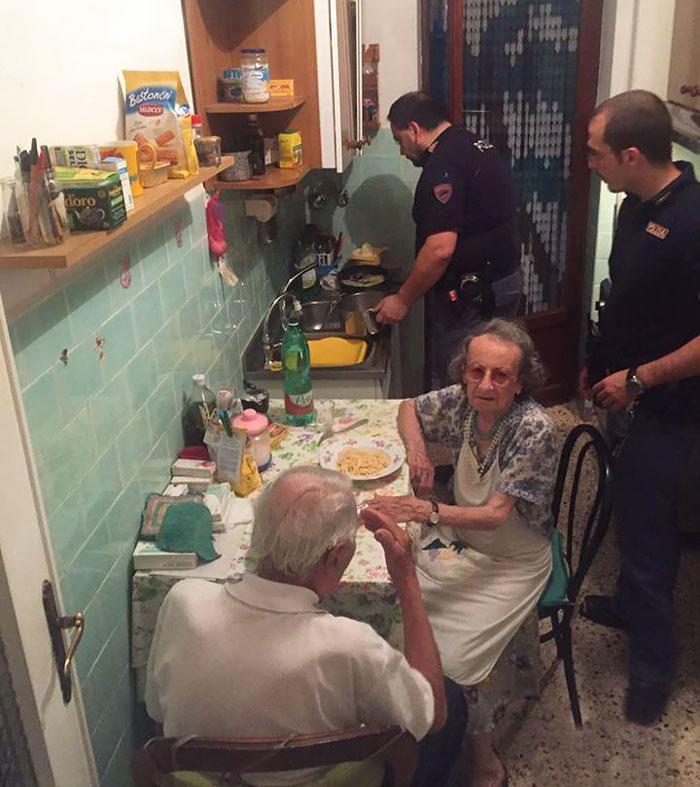 Офицеры римского отделения полиции приехали на вызов: кто-то позвонил и сказал, что в соседней кварт