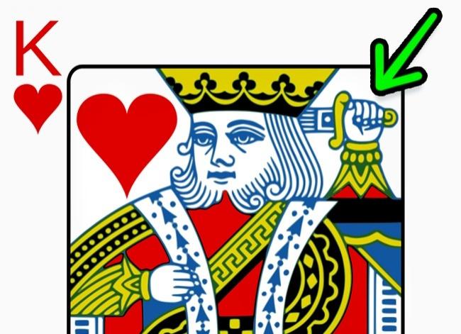 © wikimedia  Визвестном дизайне ф ранцузской колоды учервового короля довольно странное изоб