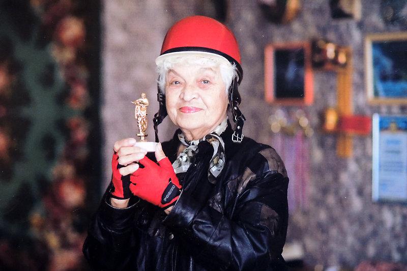 83-летняя бабушка-байкер: Горжусь, что не испекла ни одного пирога и не связала ни одного шарфа (5 фото)