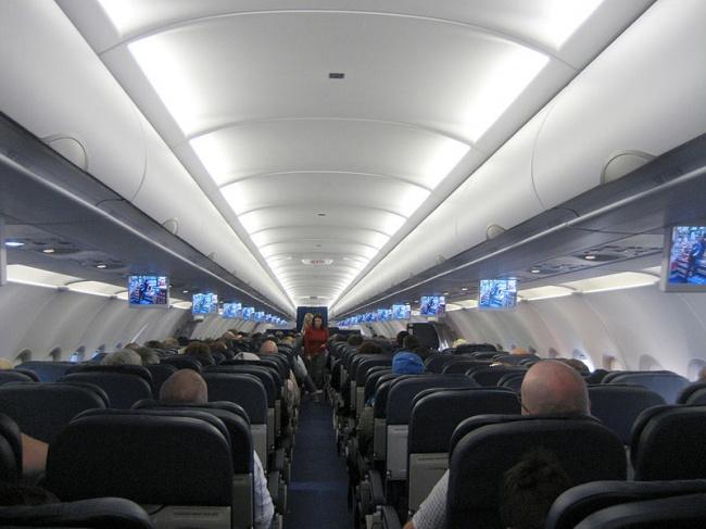 © Altair78  Когда стюардесса пыталась заговорить сдевочкой, занее отвечал мужчина. Тогда Шел