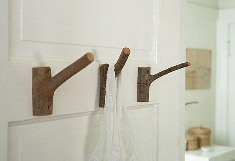 6. Бесподобно смотрятся в интерьере крючки-вешалки из сухих веток. Их можно прикрепить на двери или