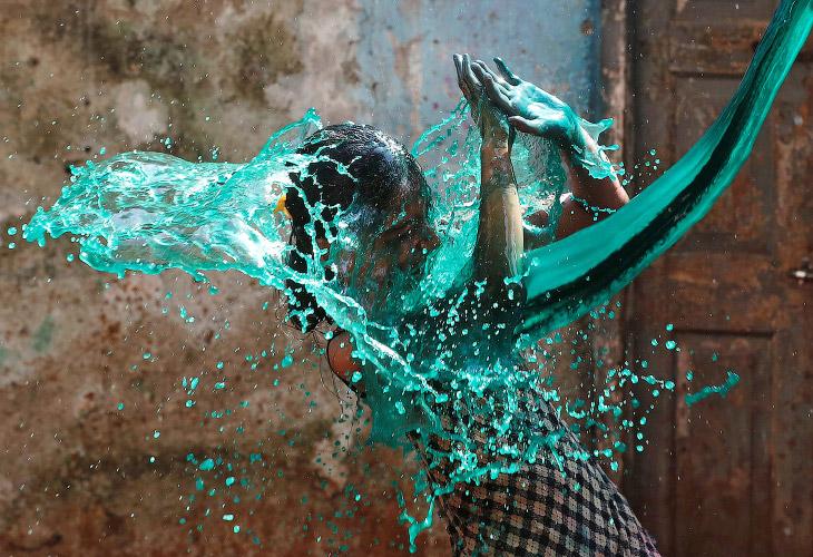 2. В Храме Сваминараяна в Ахмадабаде толпу поливали разноцветными жидкостями из водометов, 13 марта