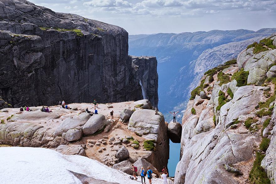 41. Валун Кьерагболтен (Kjeragbolten) в расщелине горы Кьераг