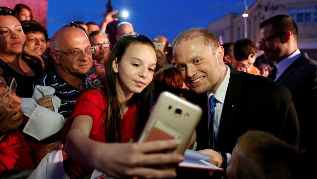 Порошенко поздравил премьера Мальты Муската спобедой надосрочных выборах