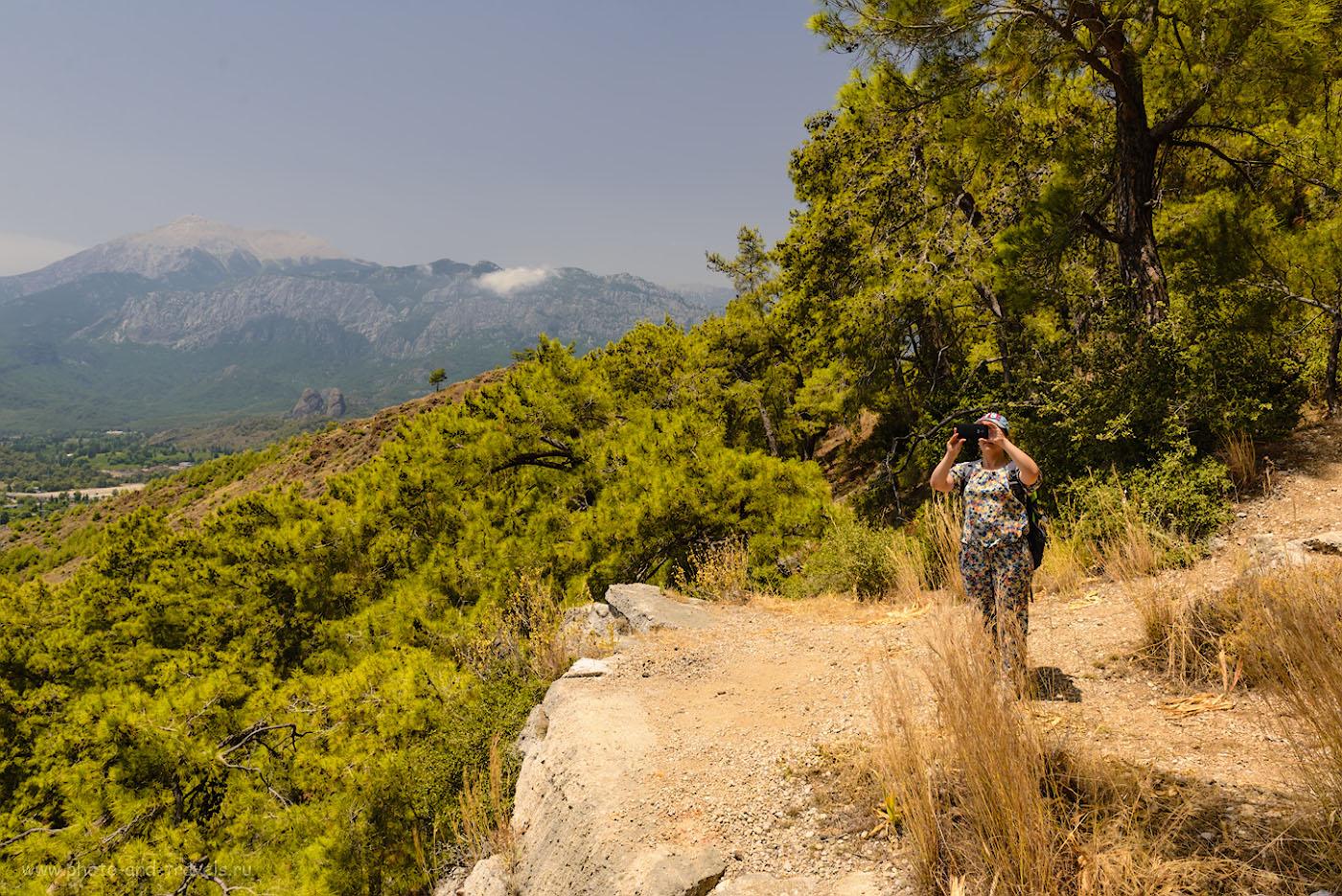Фотография 6. Отдых на склоне вершины Чалыш. На заднем плане – высочайшая гора Кемера Тахталы (Tahtalı Dağları).