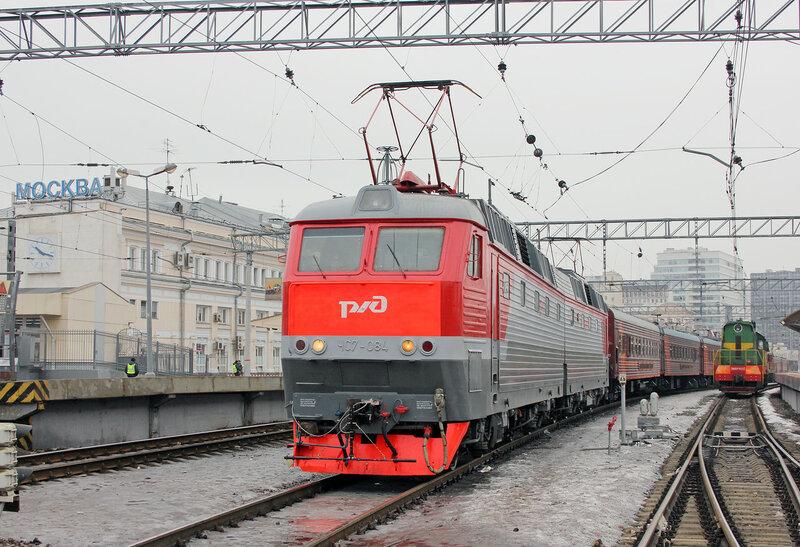 ЧС7-084 с Диагностическим комплексом Интеграл на Курском вокзале. На сцепке локомотива датчики контроля СЦБ