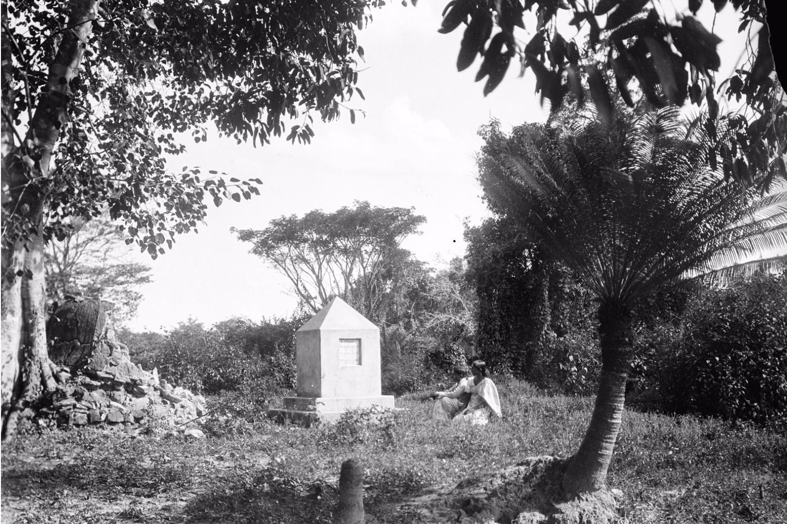 196. Окружной начальник с женой на могиле Хинбанда и Абесундара