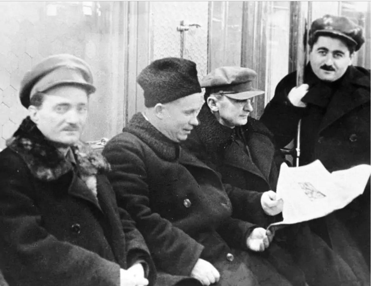 1935. Хрущёв и Берия едут в вагоне Московского метрополитена