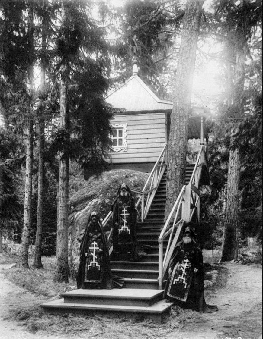 77. Группа схимников Коневского Рождественского монастыря на лестнице у часовни Конь-камень