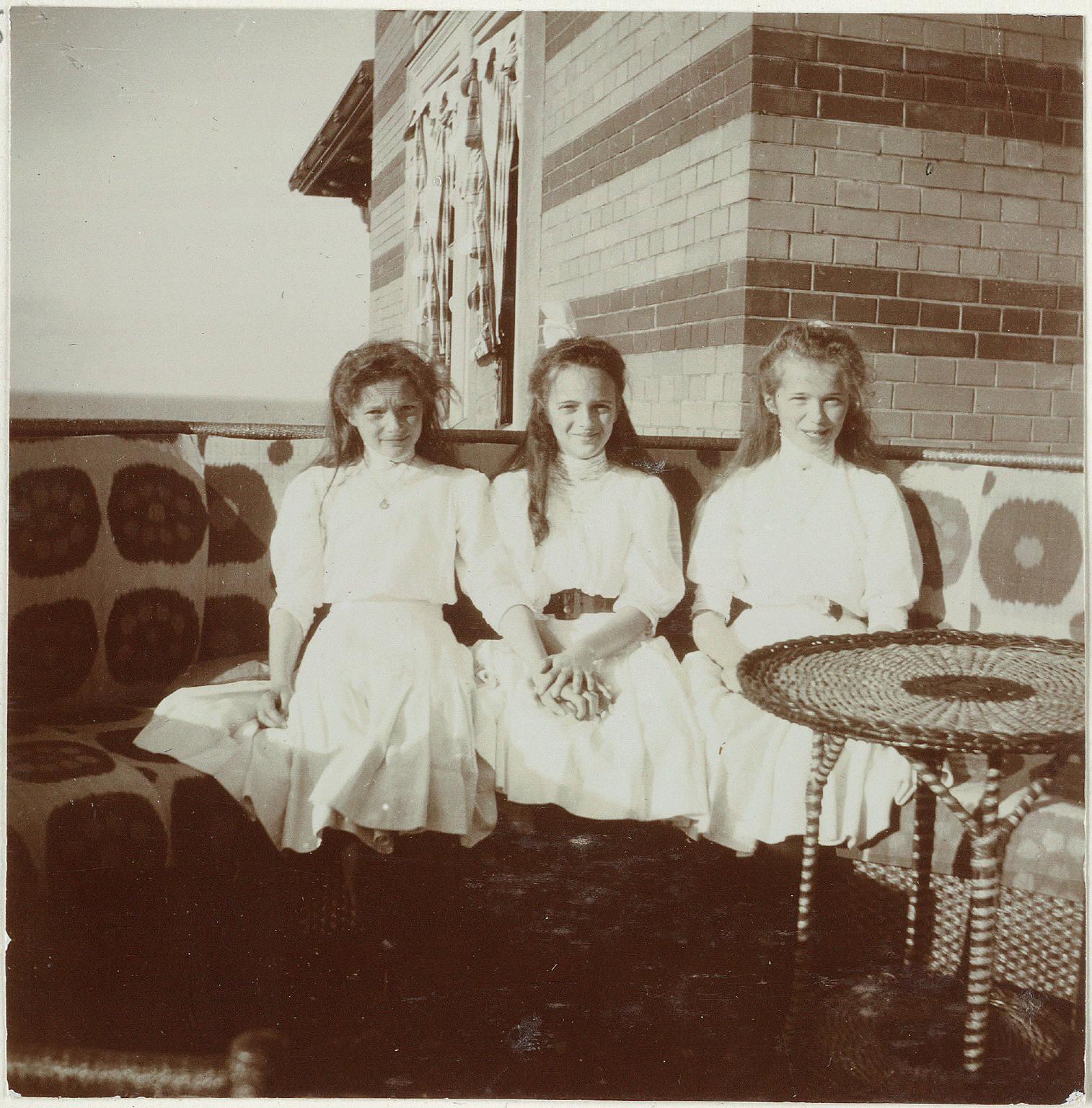 1909. Дети на балконе Нижней дачи