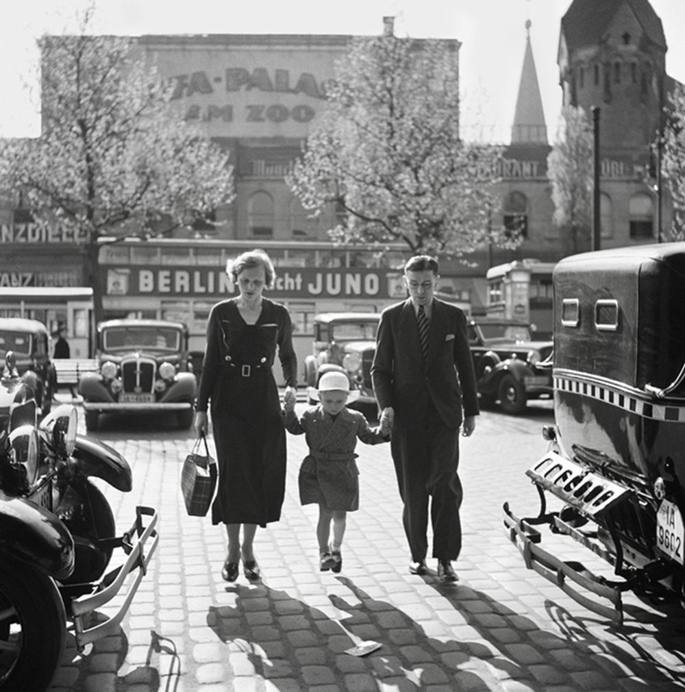 1933. Немецкая семья идет между таксомоторов у кинотеатра «Уфа-Паласт ам Цоо», Берлин