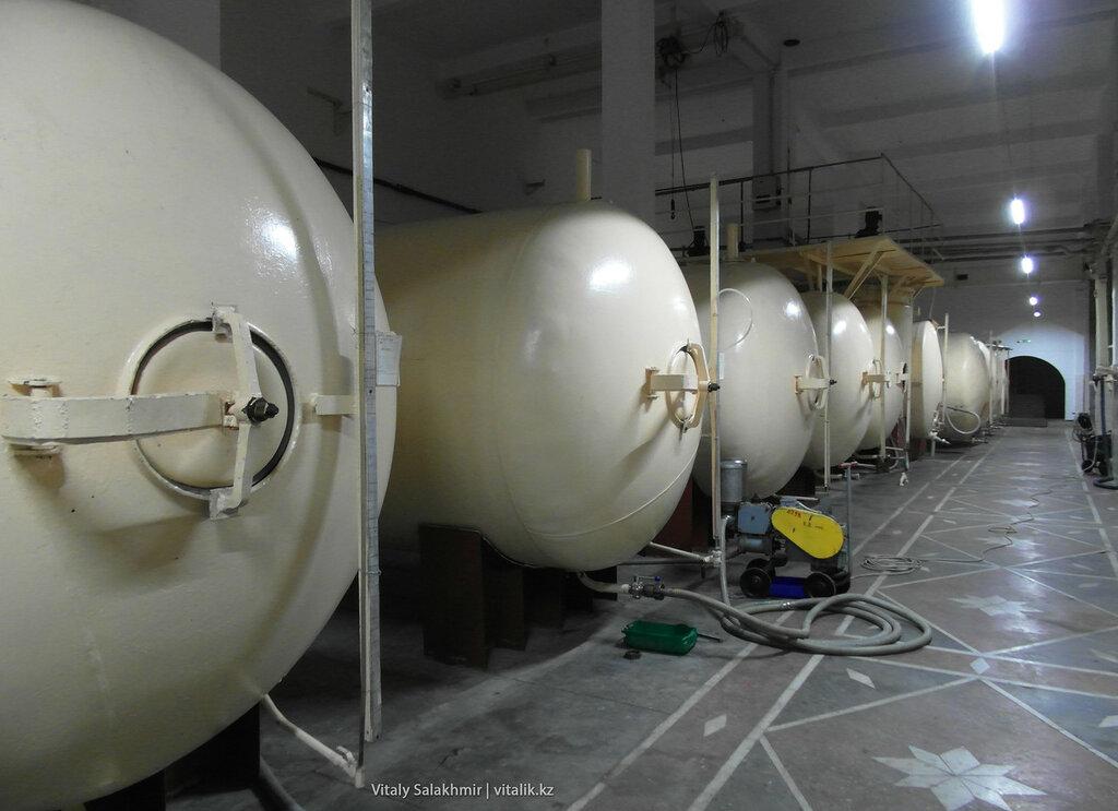 Бочки с виноматериалом на заводе Бахус в Алматы