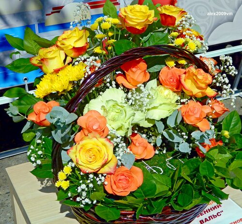 Цветы корзину украшают