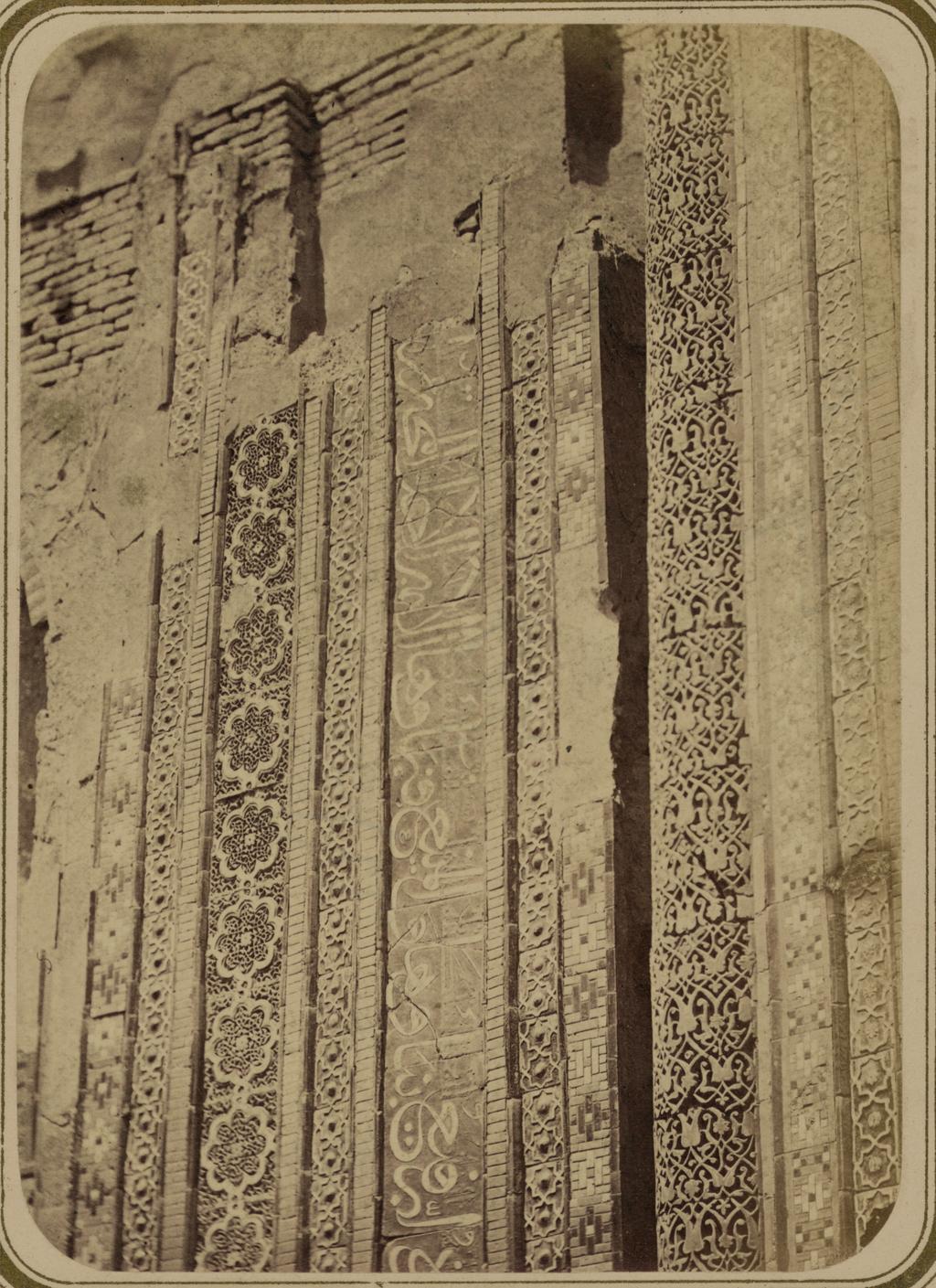 Мавзолей эмира Хуссейна. Надпись на правой половине фасада. Верхняя часть