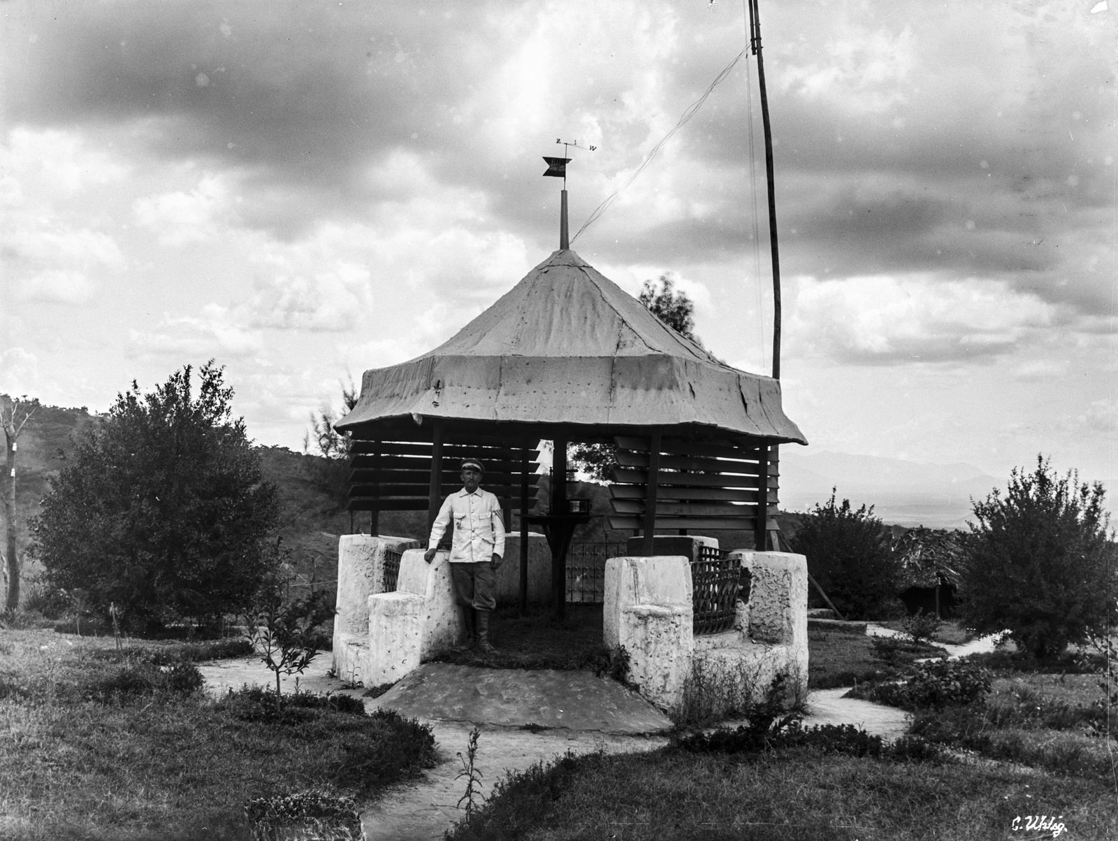 172. Человек возле метеорологической станцией в Моши на горе Килиманджаро