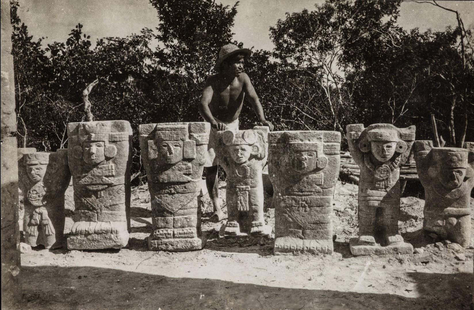 28. Мужчина опирается на фигуры в руинах. Чичен-Ица
