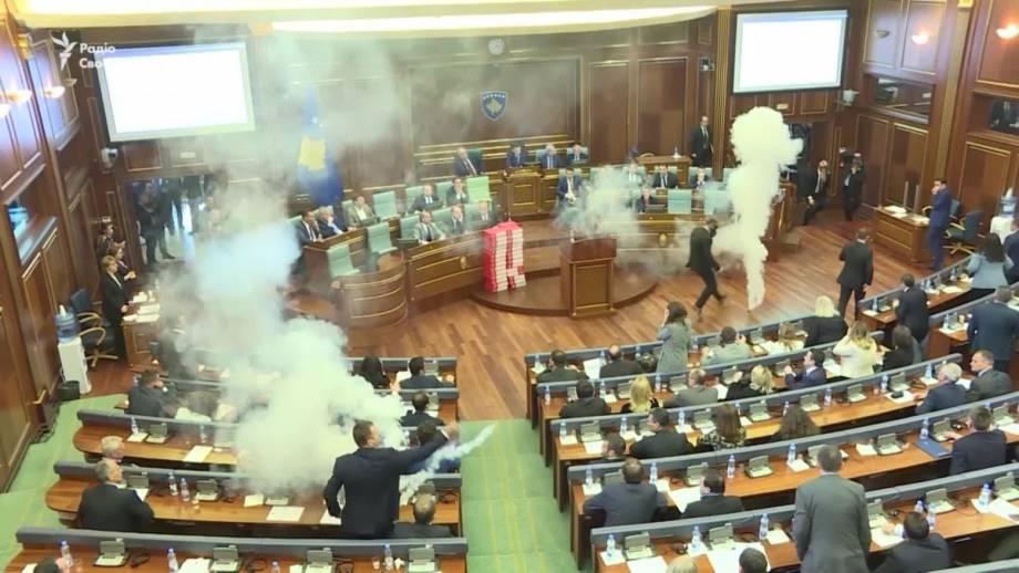 Слезоточивый газ в парламенте Косово (видео)