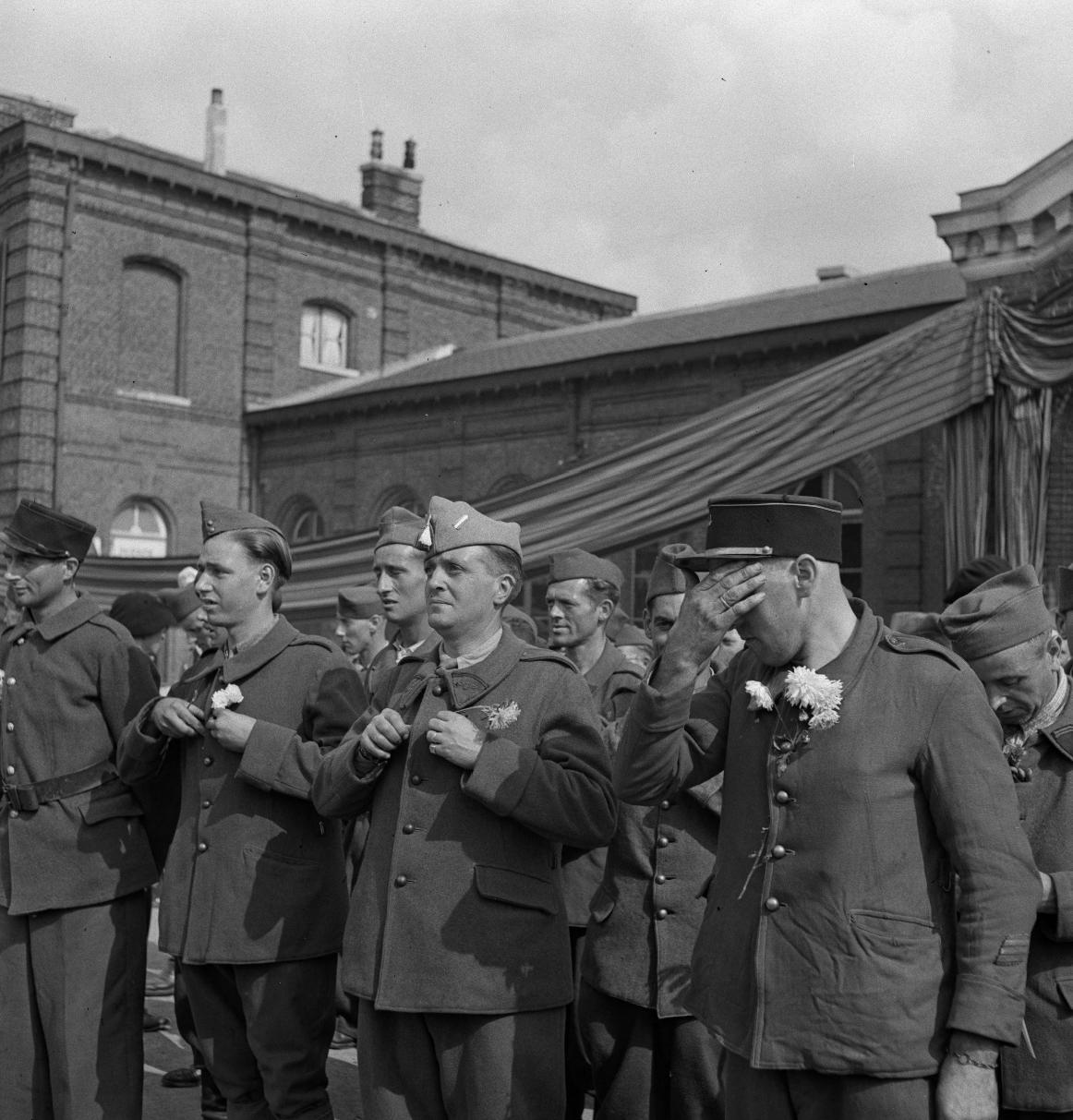 27. Бывшие военнопленные слушают обращенную к ним приветственную речь