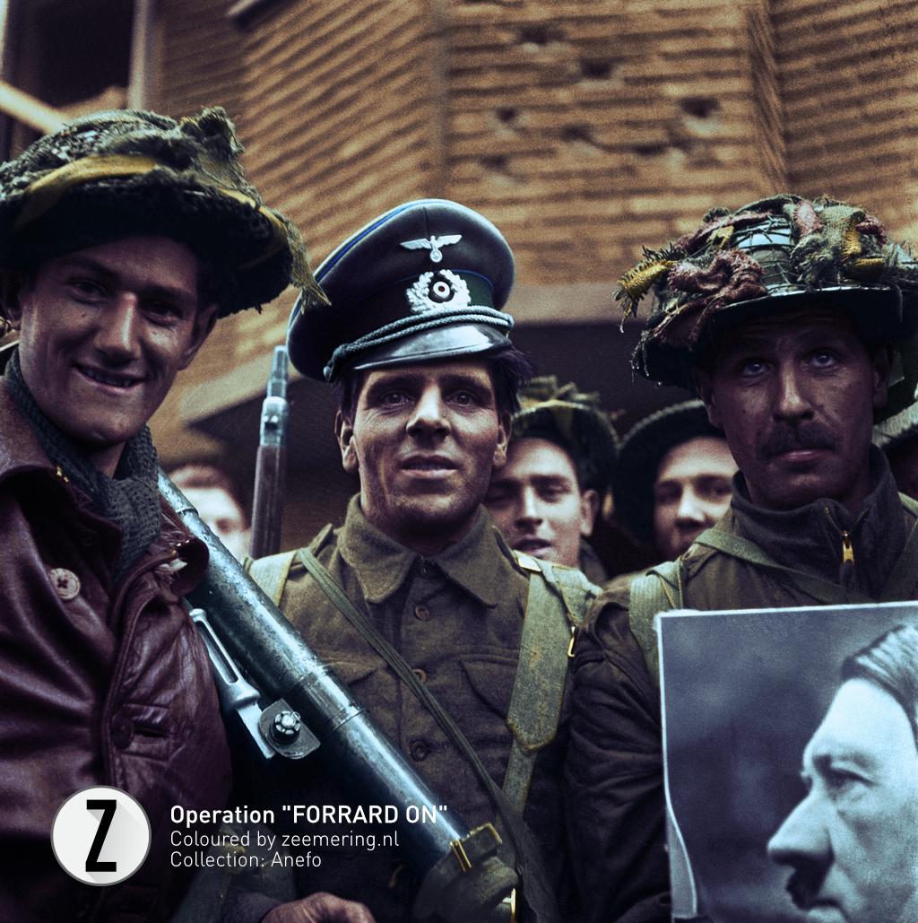 Een Britse militair getooid met een Duitse officierspet; een andere voert een portret van Hitler mee