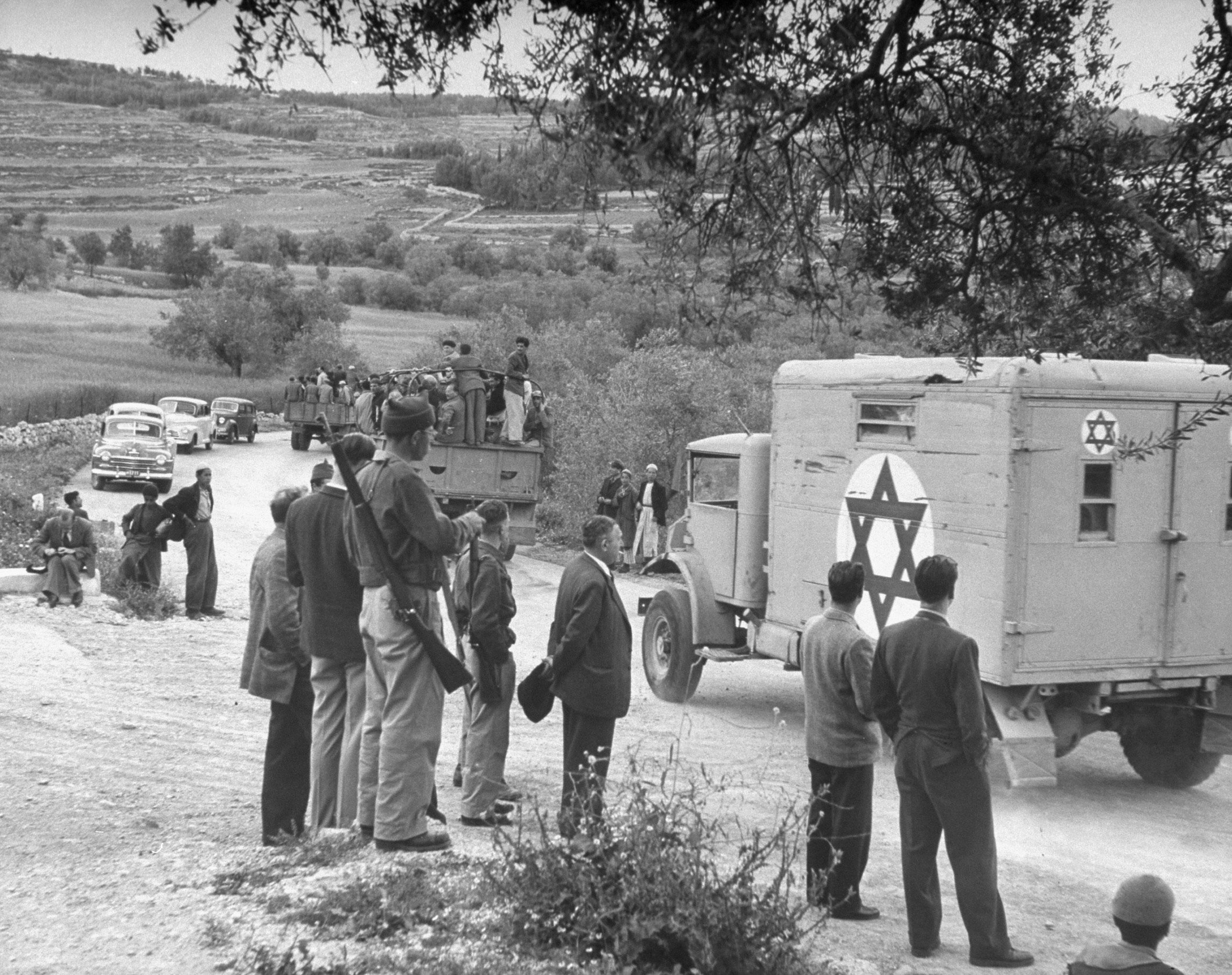 Бойцы Хаганы показывают, где вступили в бой с арабами на шоссе Иерусалим-Тель-Авив возле Баб эль-Вад 24 марта. Отряд Армии Священной войны численностью 300 человек перехватил еврейский конвой, направлявшийся в Иерусалим с грузом продовольствия