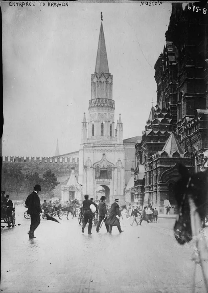 Вид на Красную площадь с Никольской улицы